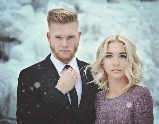 他们来到被完全冰封的瀑布前。拍摄了一组婚纱照