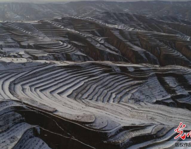 2018年1月12日,在甘肃省定西市安定区石泉乡上川村航拍的残雪风光。