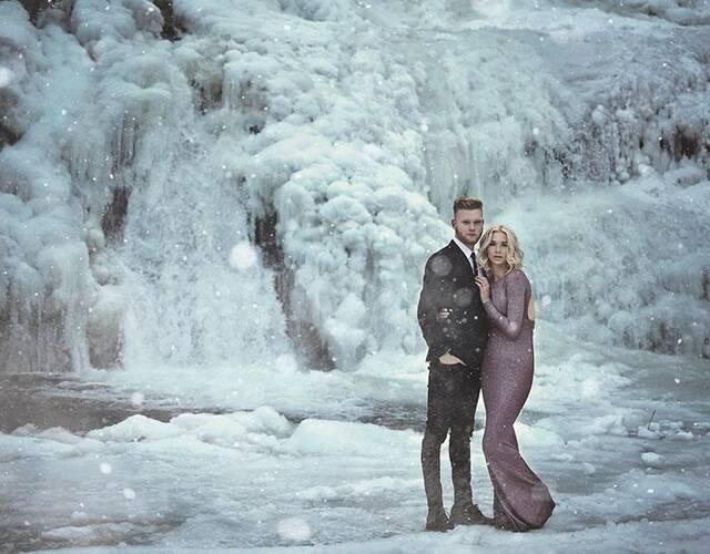 """""""前几天我们通过社交媒体才发现,瀑布被冻结了,""""Kellie说。""""拍摄看起来有点疯狂、有点危险,但令我欣喜若狂。"""""""