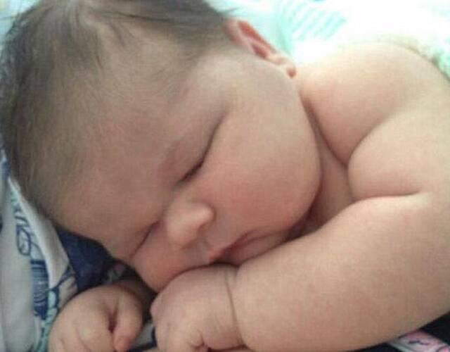 照片当中的是一个身型巨大的小婴儿,他出生的时候体重就达到了12斤,这位小婴儿的妈妈在分娩的时候历经了磨难,不过幸运的是,母子最终都平安无事。(新闻源自镜报。)