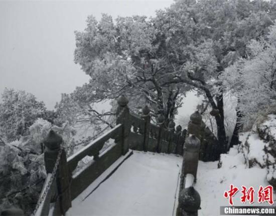 1月24日,道教圣地武当山迎来降雪。在白雪包裹下,古建筑与树木相映成趣,宛如一幅幅美丽画卷。从23日夜间开始,冷暖气流联手制造的新一轮雨雪在湖北正式上线,这是湖北今年以来遭遇的第二轮大范围持续雨雪天气。武汉中心气象台发布的暴雪橙色预警信号显示,预计24日下午至25日,十堰、襄阳、随州、荆门、宜昌北部、孝感、武汉北部降雪量将达10~20毫米。 刘洋 摄