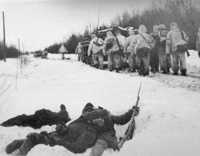 德军士兵从苏军尸体旁走过