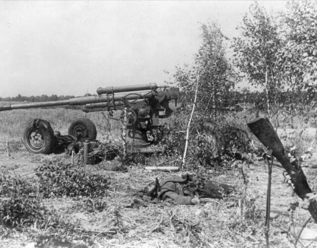 苏联85毫米高射炮旁死去的苏联士兵。