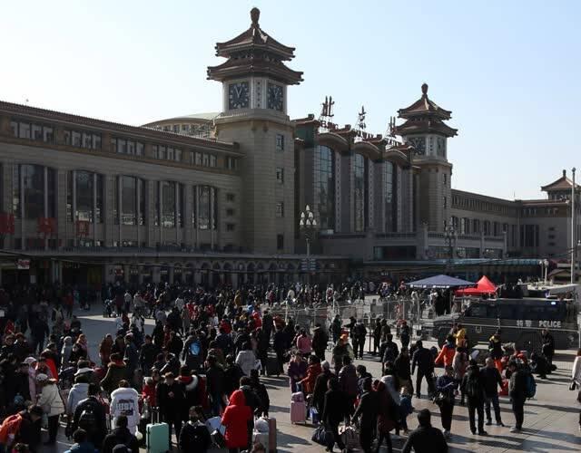 """每一位来到验票口排队的旅客无不惊叹""""这么多人啊!""""站在车站前的天桥上远眺车站广场,进出站旅客川流不息,能看出去的多来的少。"""