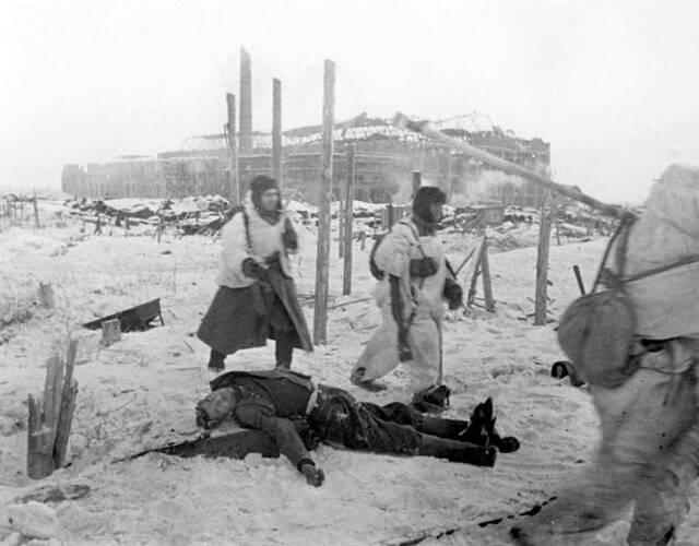 苏联士兵经过一名德军士兵的尸体旁