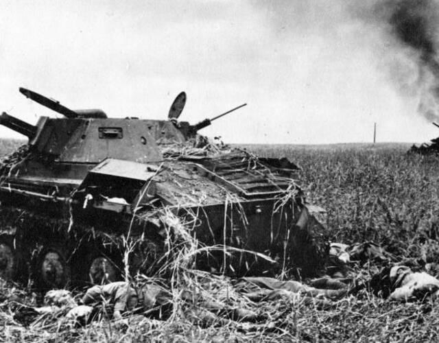 T-60坦克旁死亡的苏联士兵。