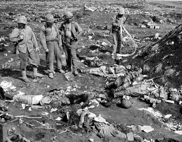 血战塞班岛后,美军在查看死去日军尸体。
