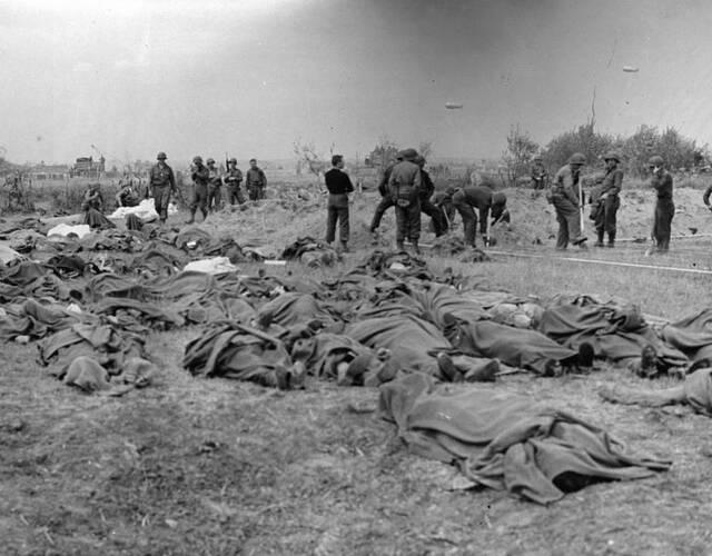 美军正在埋葬诺曼底登陆中死去的美军战士。
