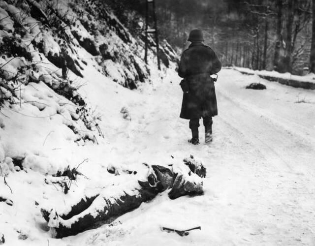 被大雪覆盖的德军士兵尸体。