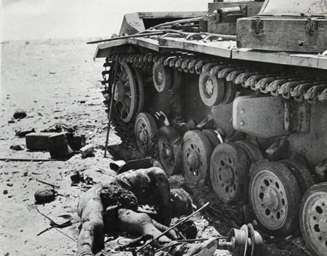 倒在坦克下的德军士兵。