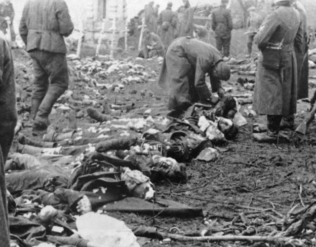 在莫斯科战役中死亡的德军士兵正被安葬。