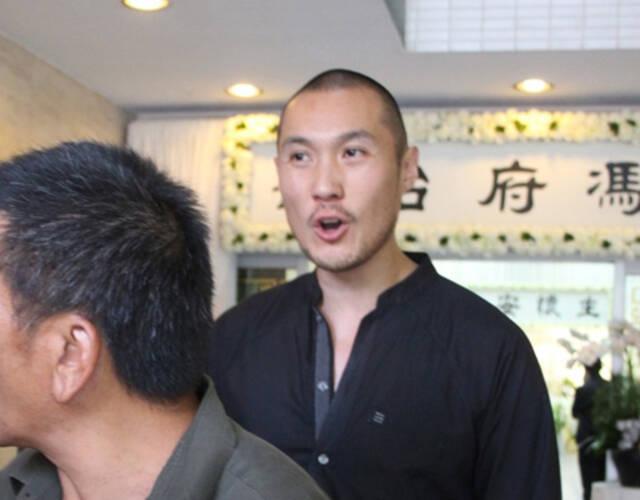 期间,赵式庆看见媒体拍照时即怒气冲冲,还无故指骂记者,言毕才与家人入内。相隔五分钟,另一女儿赵式和与丈夫李承康到达。