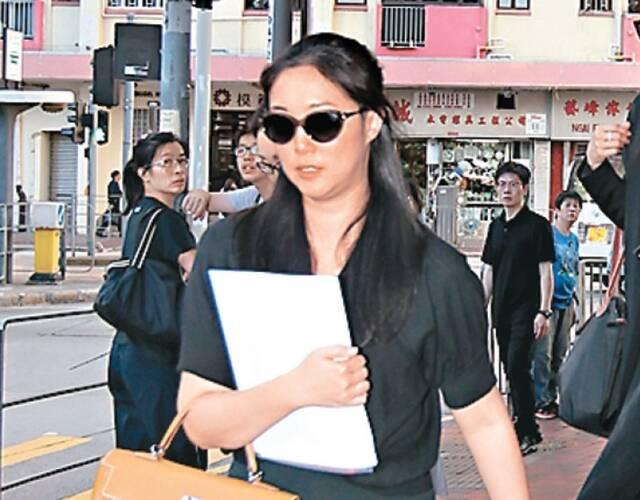 赵式明离开殡仪馆,戴上黑超不发一言。