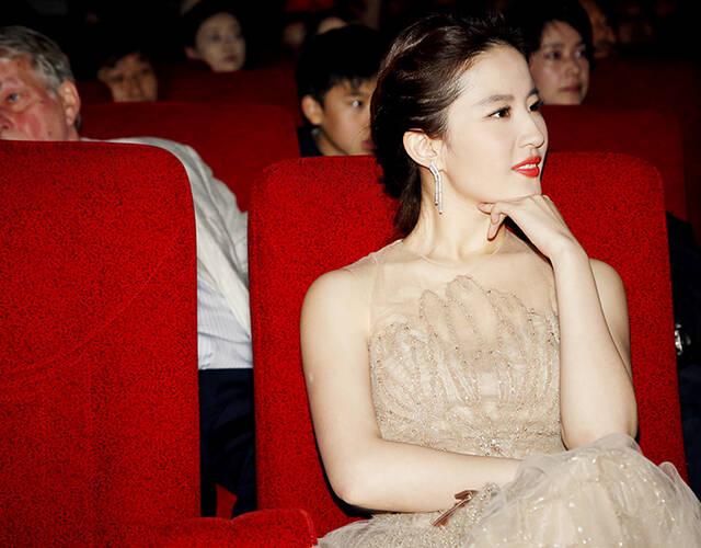 刘亦菲穿裸色礼服走红毯