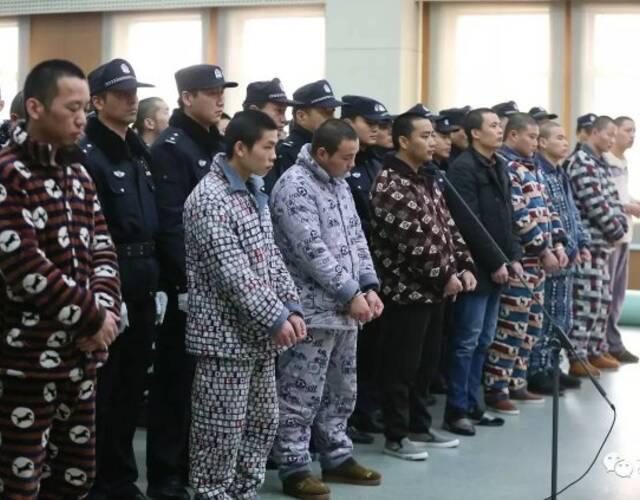 黑社会团伙穿睡衣上法庭一幕(组图)