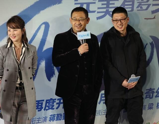 凤凰网娱乐讯  2月8日,导演梁栋携主演姜武,蒋勤勤,李乃文等在京出席