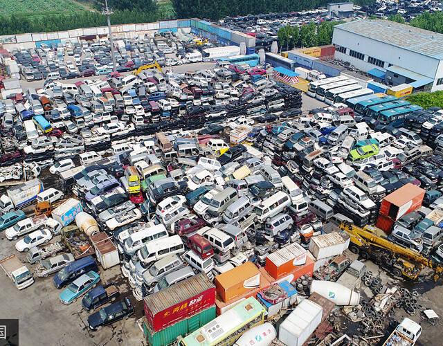 拆解完的报废汽车只剩铁壳和车架