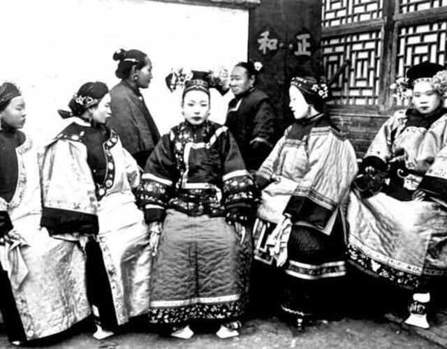 清王朝时段推行剃发易服,顺治九年(1652),钦定《服色肩舆条例》颁行,从此废除了明朝的冠冕、礼服。