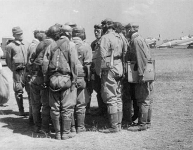 1941年9月初,日军第11军司令官阿南惟几指挥四个师团﹑两个支队和航空兵﹑海军各一部,约12万人,进占岳阳﹑临湘一带,企图击溃第九战区主力于湘北地区。此次会战从1941年9月7日至10月9日结束,历时一个月,中国军队共歼灭日军4.8万余人,使日军妄图一举歼灭第9战区主力的计划遭到失败。