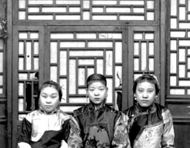 汉族妇女在康熙、雍正时期还保留明代款式,时兴小袖衣和长裙;乾隆以后,衣服渐肥渐短,袖口日宽,再加云肩,花样翻新无可底止。