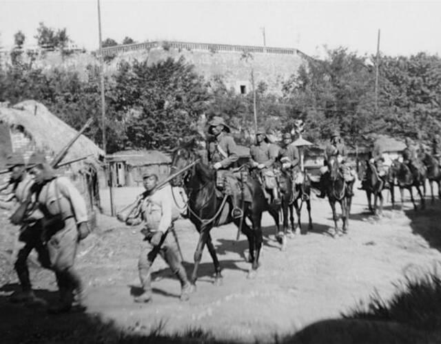 9月18日拂晓,日军第4师团沿粤汉路向长沙前进,独立第14混成旅团向洞庭湖南岸进出。26日,第74军从江西赶来增援,在春华山、永安市附近地区与日军遭遇,展开激战,又遭日机袭击,损失甚重,被迫向南撤退。