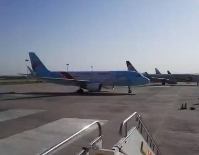 在呼和浩特白塔国际机场,一架浙江长龙航空的飞机在停机坪上突然向后