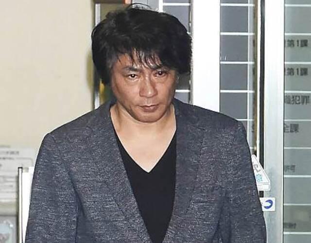 其后警方正式拘捕ASKA,但ASKA仍否认自己再度吸毒,坚称绝对没有沾染毒品。最终,东京地检署以证据不足为由,决定不起诉飞鸟凉,但形象已跌到谷底。图为飞鸟凉走出警局。