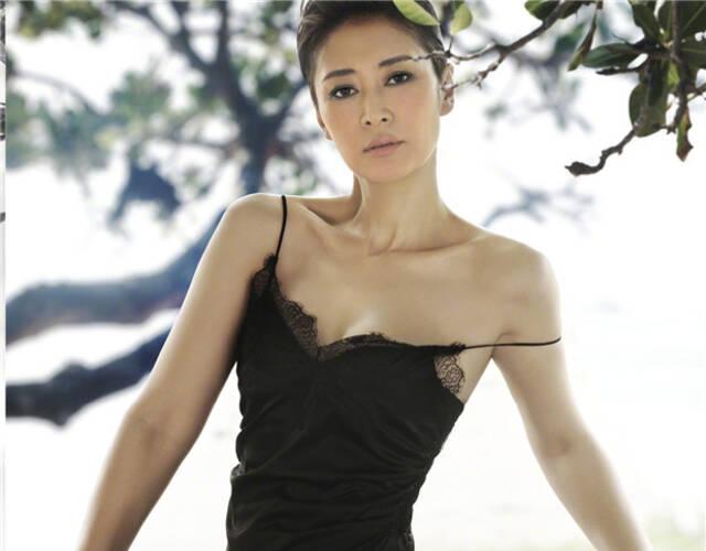 今年45岁的梁静曾经主演过众多影视作品,并凭借电影《杀生》获第49届台湾电影金马奖最佳女配角奖。在时尚大片中她的表现力同样出众。
