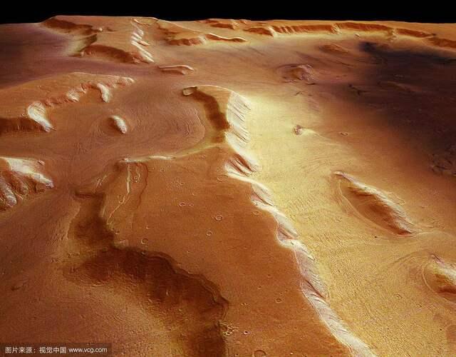"""英国《每日邮报》(Daily Mail)报道,亚利桑那大学月球与行星实验室(Lunar and Planetary Laboratory)研究人员柏恩(Shane Byrne)说:""""人类无论到哪都需要水,随身携带很重。之前对于从火星汲取人类能用水源的想法,是从极为干燥的大气或击碎含水岩石取得。"""""""
