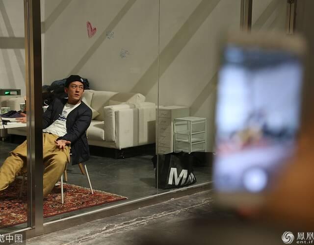 陈冠希在玻璃小屋内自由活动,仍由参观者拍摄。