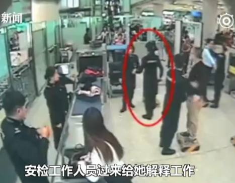 """1月13日,北京首都国际机场安检通道内,一女子双手护在身前拒绝安检,称""""我不喜欢别人摸我!"""