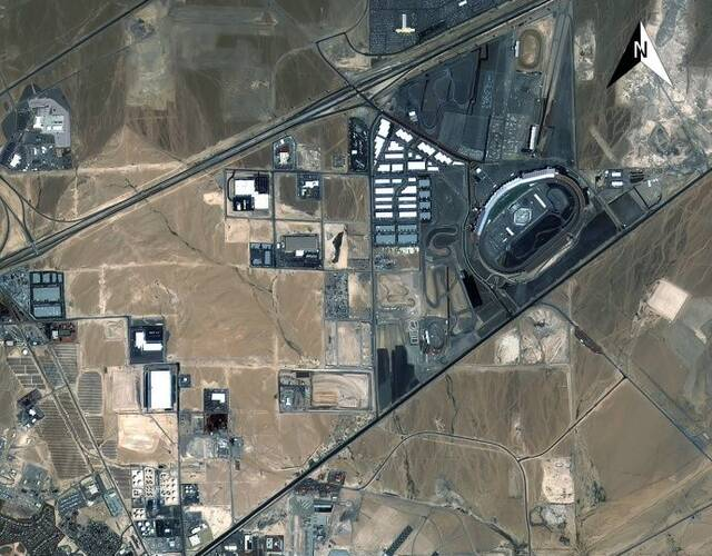 这一次被晒出卫星照片的是位于美国内华达州的内利斯空军基地(Nellis AFB),它距离著名赌城拉斯维加斯CBD区域东北13公里,占地4600公顷。