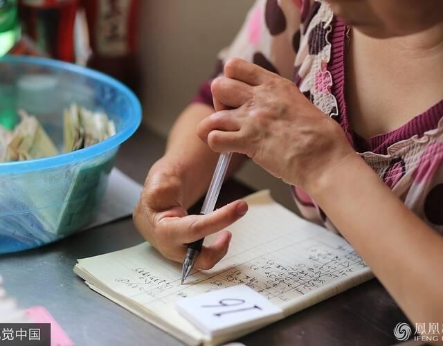 残疾女子用两根手指赚两套房 太厉害了