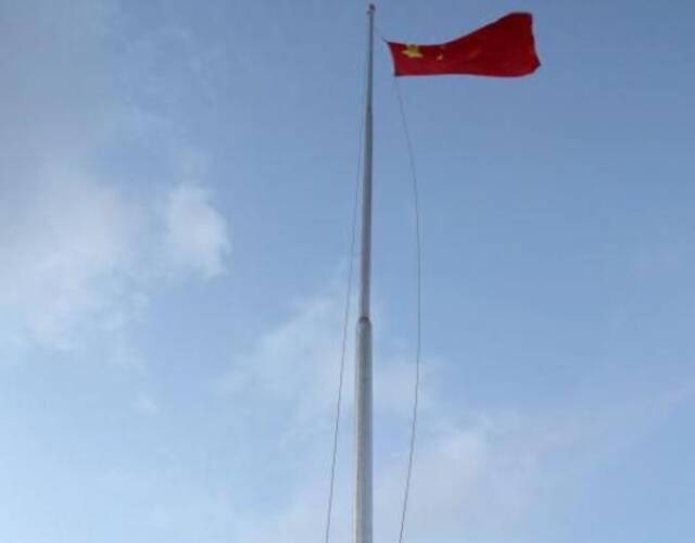 市同时在南海9岛礁及相关船舶上举行元旦升国旗仪式