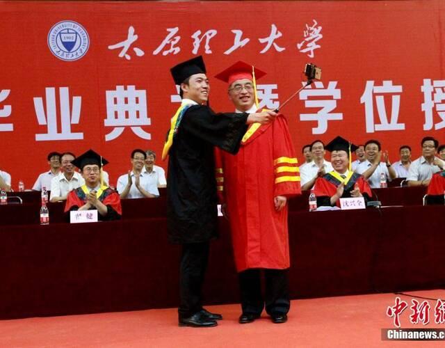 太原理工大学举行毕业典礼 毕业生打出自信标语