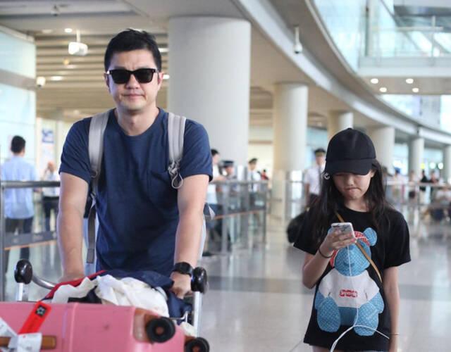 李亚鹏、李嫣现身机场。