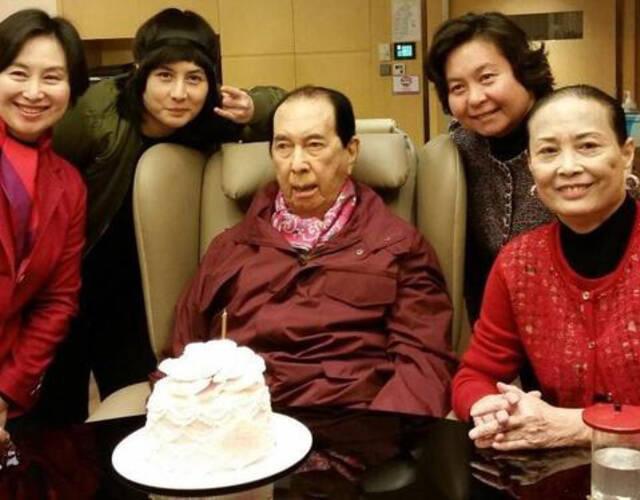 而就在此前,赌王何鸿�龈止懿渭油甓�房太太蓝琼缨与5名子女的生日会.