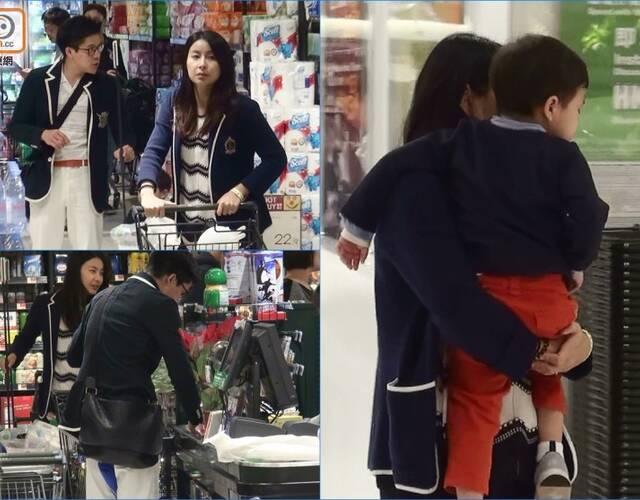 郭晶晶霍启刚穿情侣装逛超市 儿子一刻也离不开妈妈