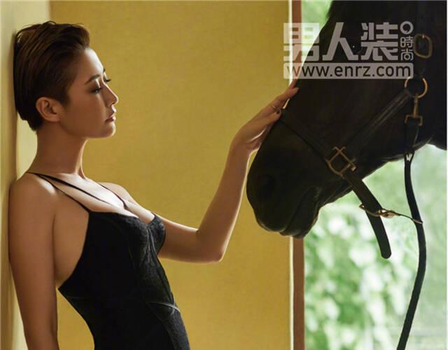 女星梁静近日为《男人装》杂志拍摄一组时尚大片,演绎美人与烈马之间的精彩互动。身材高挑性感的梁静,在一头短发的衬托下更得她英气十足。