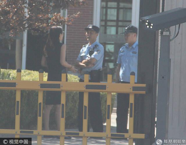 9月19日,北京某别墅区出动警车疑产生纠纷,事件的主人被认出是许久未露面的演员杨童舒。据演员杨童舒的好友爆料:杨童舒家出租出去的别墅被极品房客糟蹋得不成样子,水池、吊灯、卫生间一片狼藉,就连楼梯也被刮擦严重。报警当天,杨童舒神色焦急,先是跟小区物业沟通许久,之后又打电话与人沟通,表情严肃疑似产生争执。