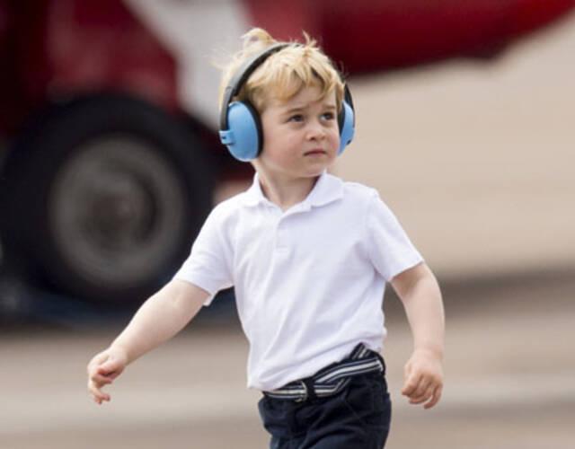 威廉王子全家参观空军基地 乔治戴蓝色耳机咬手指萌翻