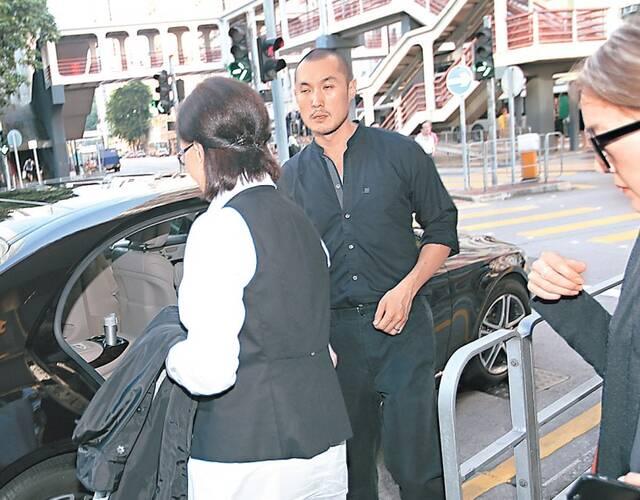 何琍琍在儿子赵式庆陪同下离开。