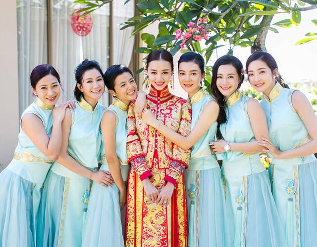 新娘与伴娘团。