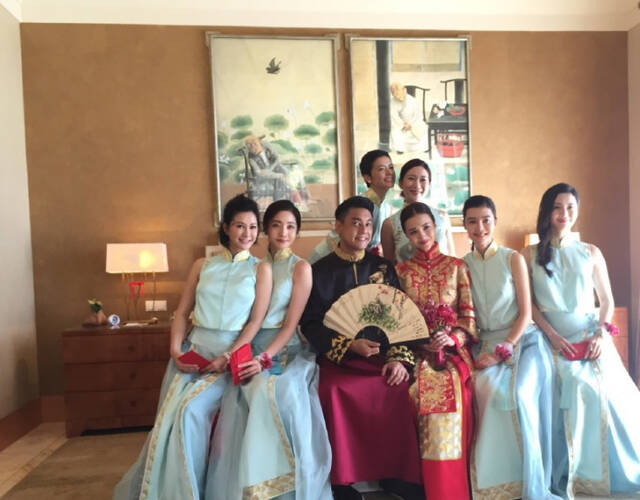 新郎新娘与伴娘合影。