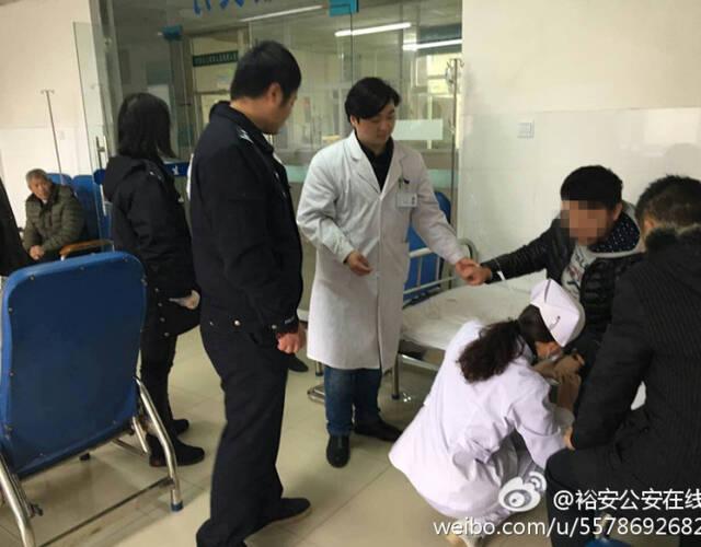 小夥正接受醫生救治。