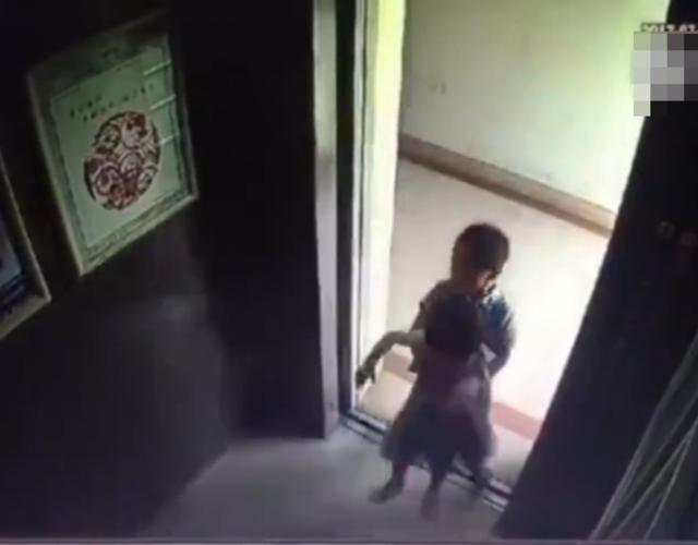 这是2岁女孩最后一次坐电梯(组图)