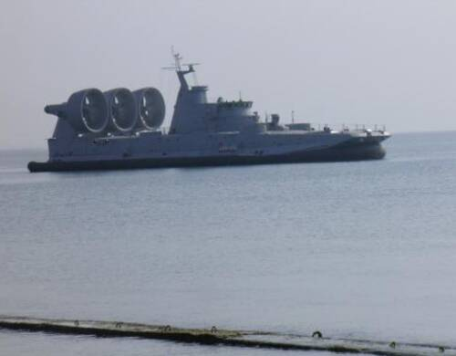 """近日第5艘国产""""欧洲野牛""""气垫登陆艇在船厂建造的照片曝光。""""欧洲野牛""""是现役世界最大的气垫登陆艇,此前中国曾计划从俄罗斯进口,但受到技术与成本限制未能成行,最终中国从乌克兰获得了该款登陆艇并在国内组织建造。在""""欧洲野牛""""登陆艇初到中国时,曾被认为可直航钓鱼岛,并可在收复台湾的战事中发挥重要作用。但实际上""""欧洲野牛""""受制于其庞大体积,无法与两栖登陆舰搭配使用,整体技术水准与作战理念反而与中国最新国产通用气垫登陆艇差距明显。"""