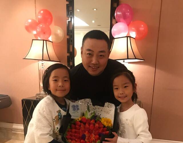两女儿给刘国梁过生日
