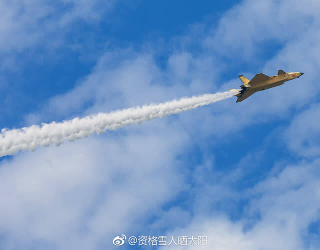 近日,有网友曝光一张照片显示,最新一架2021号歼-20展开试飞,而这架黄色的歼-20隐身战机与之前型号不同的是,其发动机疑似有很大变化。鸣谢微博网友:资格雪人晒太阳