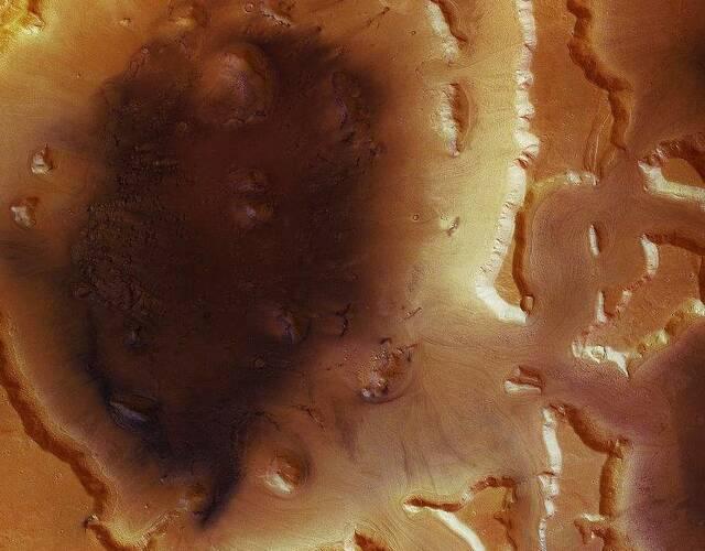 """研究报告表示,这些地下悬崖或陡坡似乎""""接近纯冰""""。2005年发射的火星勘测轨道卫星(MRO)传回影像和数据,协助科学家发现火星深埋冰河。这个探测器首次在火星上发现水的成果,刊登在2010年美国《科学》期刊。"""